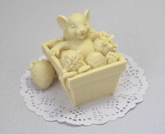 Мышка в ящике с клубникой