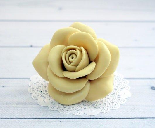 Роза с лепестками тонкими