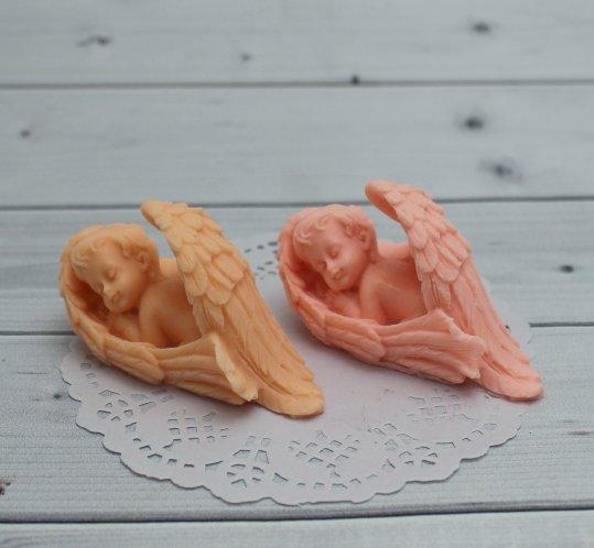 Ангел спящий в крыльях