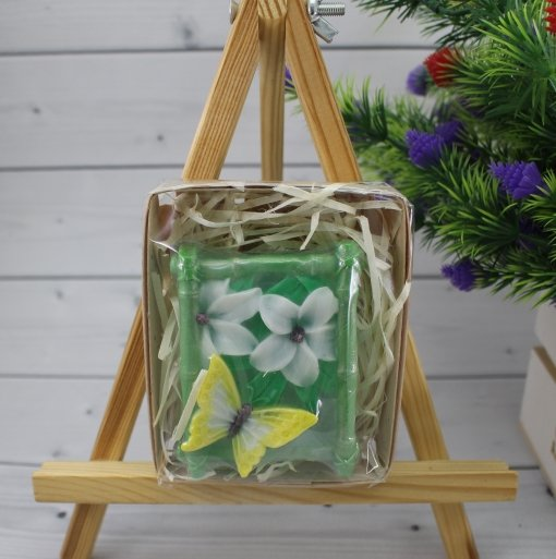Бабочки на цветах в коробке