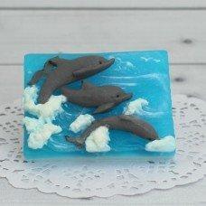 Дельфины на волнах