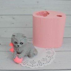 Котик с клубочком