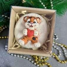 Тигр на снегу с сердечком